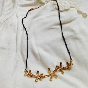 flowe neckpiece